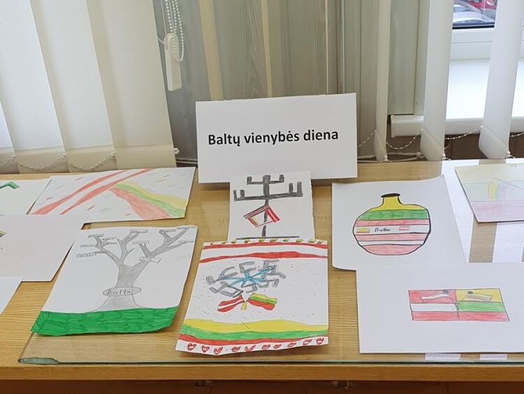 Baltų vienybės dieną istorijos pamoka mokyklos bibliotekoje